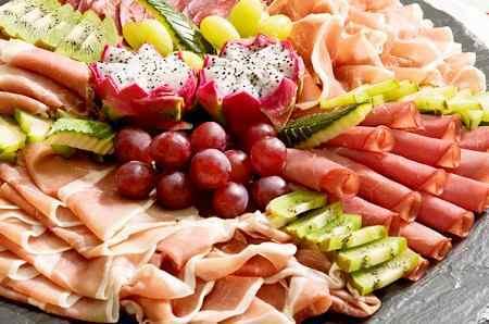 Мясная нарезка с фруктами