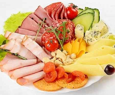 Мясная нарезка с сыром и фруктами