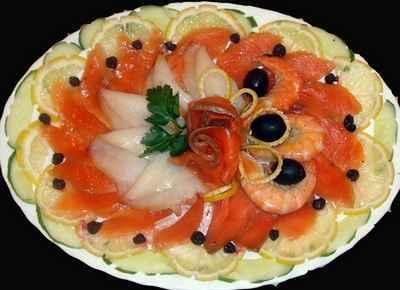 Рыбная нарезка с огурцом и лимоном