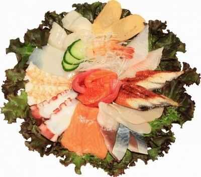 Рыбная нарезка на листьях салата
