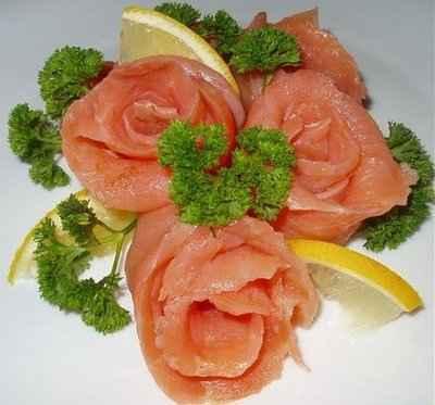 Розы из красной рыбы